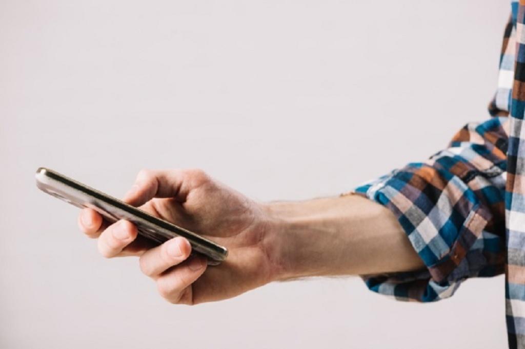 Cine isi amaneteaza de obicei telefoanele mobile?
